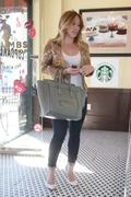 http://img270.imagevenue.com/loc510/th_863198717_Hilary_Duff_at_Crumbs_bakery65_122_510lo.jpg