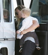 http://img270.imagevenue.com/loc519/th_230964972_Hilary_Duff_out_and_about_with_family3_122_519lo.JPG